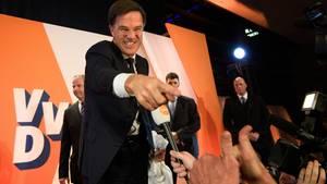 Mark Rutte feiert - Ministerpräsident gewinnt die Wahl in den Niederlanden - Rechtspopulist Geert Wilders hat das Nachsehen