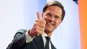Hollands Ministerpräsident Mark Rutte hebt den Daumen: Er hat gegen Rechtspopulist Wilders die Wahl gewonnen