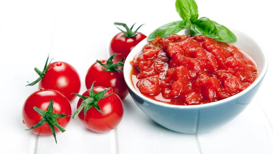 Tomatensoße  Gleiches gilt für Soßen und Pürees aus Tomaten: Die Säure begünstigt einen Übergang von Aluminium auf das Lebensmittel. Essensreste können im Kühlschrank beispielsweise auch mit einem flachen Teller zugedeckt werden. Das schont nebenbei die Umwelt, weil kein Alu-Müll anfällt.