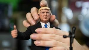 Normalgroße Hände (rechts) und Donald Trumps Hände (links)