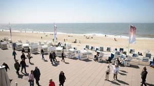 Sylt-Urlauber (hier an der Kurpromenade in Westerland) müssen sich am Strand an eine Reihe von Regeln halten