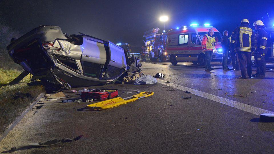 Feuerwehrkräfte bergen auf der A7 bei Heidenheim das Fahrzeug, das durch einen Steinwurf verunglückte