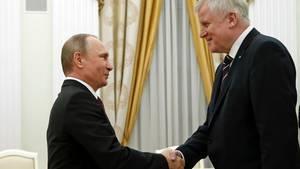 Im 16:9-Format sind kaum noch beide abzubilden: Der große Horst Seehofer traf Kremlchef Wladimir Putin in Moskau