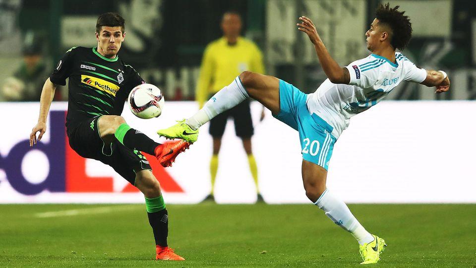 Schalkes Thilo Kehrer und Jonas Hofmann von Borussia Mönchengladbach beim Europa-League-Achtelfinale