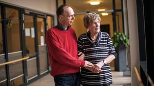 Kester Schlenz und seine Mutter Traute im Flur der Seniorenwohnanlage