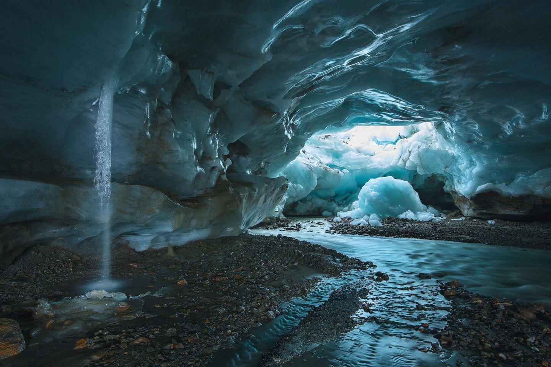 Das Schmelzwasser rauscht, das Eis knarzt und kracht: im Gletschertor am Hochjochferner in den Ötztaler Alpen.