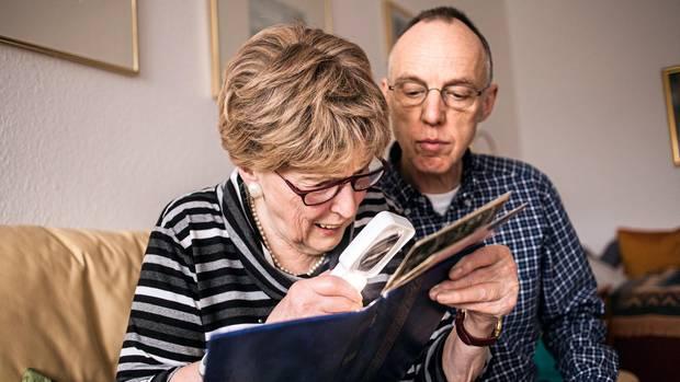 """Mutter und Sohn beim Blättern im Fotoalbum. """"Ich sah eigentlich ganz flott aus damals"""", sagt Traute Schlenz."""