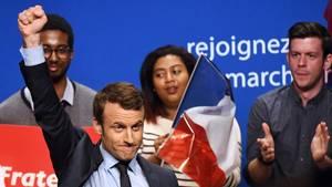 Mit der Faust des Siegers: Emmanuel Macron, hier bei einer Wahlveranstaltung in Angers.