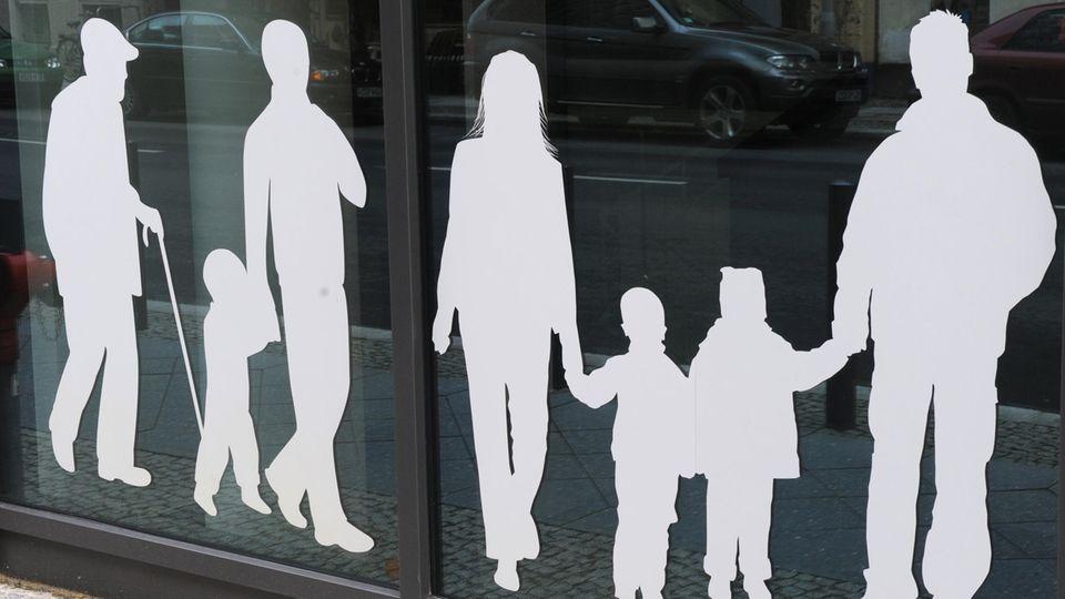 Die Silhouetten von Menschen verschiedenen Alters (Symbolbild)