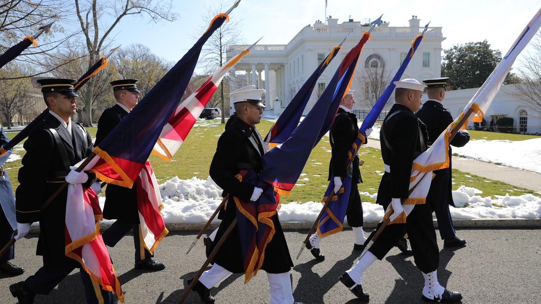 Vor dem Weißen Haus diplomatische Normalität: Fahnenträger marschieren, bringen sich in Stellung.