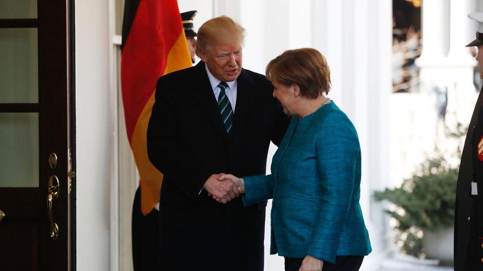 Angela Merkel ist zu Gast im Weißen Haus beim neuen US-Staatschef Donald Trump. Im Vorfeld wurden die Unterschiede der beiden betont. Beim ersten Händedruck geben sich beide betont normal ...