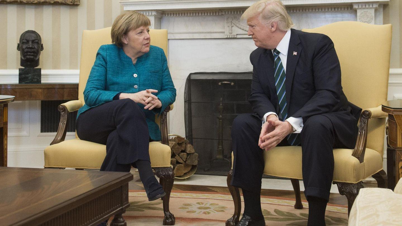 Im Oval Office treffen sich Merkel und Trump zum Vier-Augen-Gespräch. Bevor sie wirklich alleine sind, halten die Fotografen die Begegnung fest.