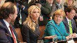 Als die Delegationen gemeinsam tagen, sitzt Merkel neben Präsidententochter Ivanka Trump. Sie hört aufmerksam zu, doch Merkel schaut eher interessiert als freundlich