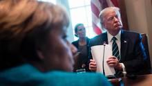 Auch Merkels Gegenüber, US-Präsident Donald Trump, ist von freundlichem Lächeln weit entfernt. Er lauscht den Berichten der Wirtschaftsvertreter konzentriert.