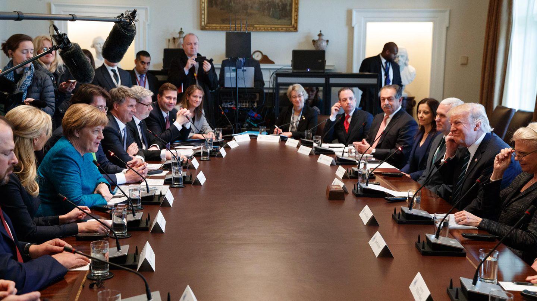 Die Delegationen beider Länder beraten vor allem Wirtschaftsthemen. Trump lobt das deutsche Ausbildungssystem. Er hat sich offenbar näher erkundigt, wie es funktioniert. In den USA gehen die Menschen meist direkt auf Colleges.