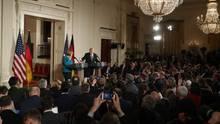 Aus der Masse an Reportern bei der Pressekonferenz von US-Präsident Donald Trump und Bundeskanzlerin Angela Merkel stach eine DPA-Journalistin heraus