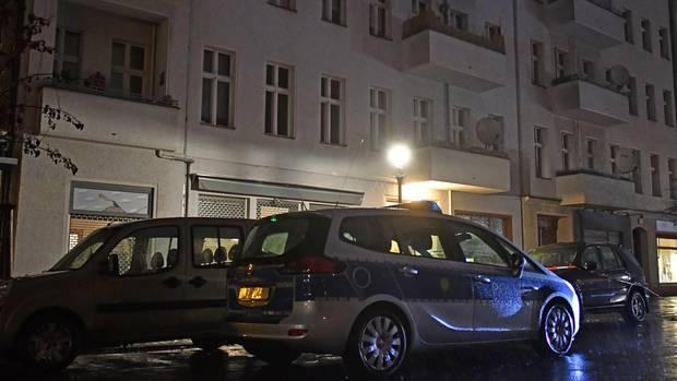 Ein Polizeiwagen in Berlin vor einem Wohnhaus in der Pücklerstraße in Kreuzberg.