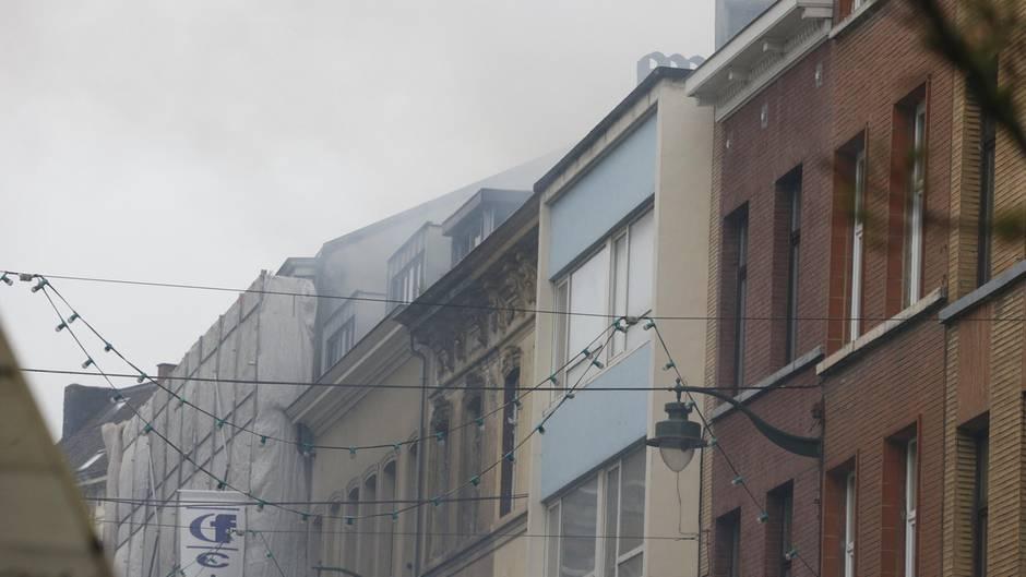Rauch liegt über der Straße in der Gemeinde Saint-Gilles