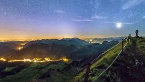 """Das Zeitraffer-Video """"Helvetia by Night 360°"""" zeigt die Schweiz im Zwielicht von oben."""
