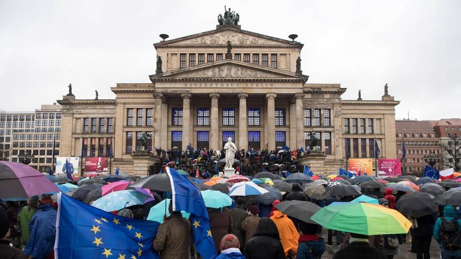 """Kundgebung der Bürgerinitiative """"Pulse of Europe""""auf dem Berliner Gendarmenmarkt:""""Ich habe noch nie vor so vielen Regenschirmen gespielt"""", sagte der KlezmermusikerGiora Feidman vor dem Konzerthaus."""