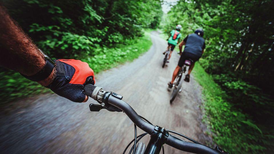 Auch Radfahrer müssen einen Sicherheitsabstand einhalten, auch wenn es das Überholen schwieriger macht.