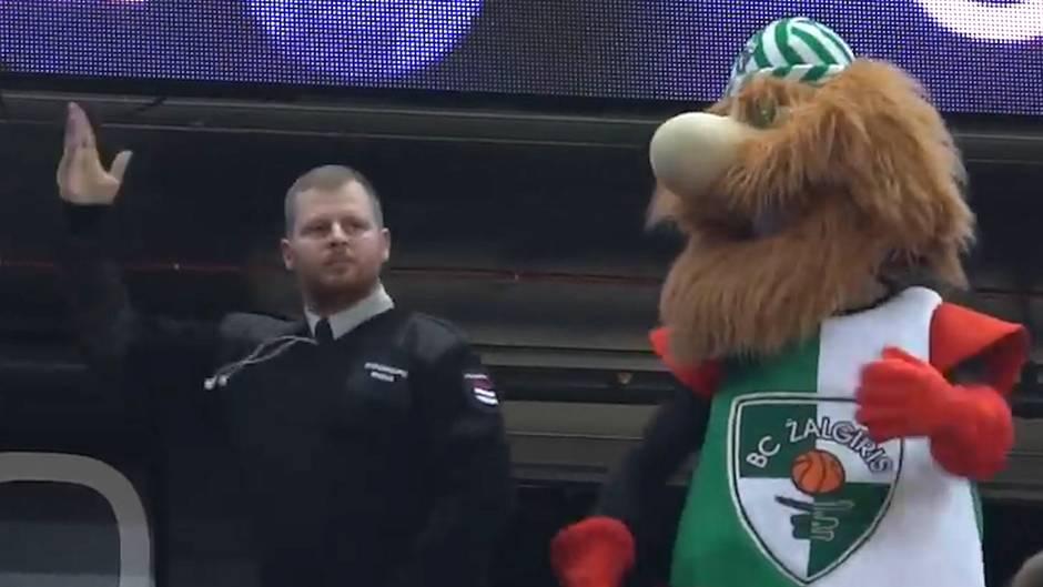 Verrückte Tanz-Moves: Mit diesem Sicherheitsmann hätte sich das Maskottchen besser nicht angelegt