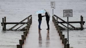 Trotz des Frühlingsanfangs wird der Regenschirm wohl ein stetiger Begleiter bleiben