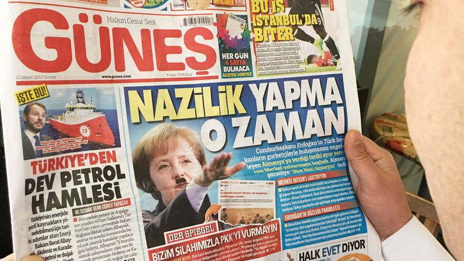 """Die Zeitung """"Günes"""" zeigte am 10. März Angela Merkel als Hitler"""