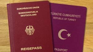 Viele türkischstämmige Menschen in Deutschland besitzen die doppelte Staatsbürgerschaft - und damit sowohl einen deutschen, als auch einen türkischen Pass.