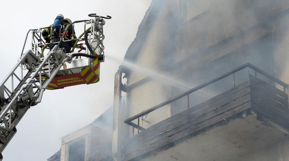 Feuerwehr löscht Brand in Tübinger Haus - Bewohner stürzt in die Tiefe, wertvolles Sprach-Archiv zerstört