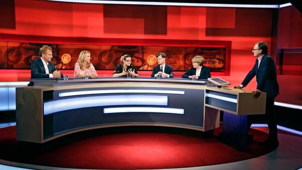 "Die Talkrunde in ""Hart aber fair"" im Überblick: Jörg Puchta, Caroline Beil, Ina Borrmann, Michaela Freifrau, Giovanni Maio und Moderator Frank Plasberg (v.l.n.r)"