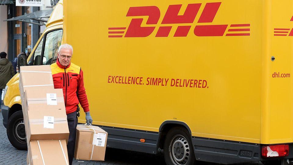 Ein DHL-Paketbote bei der Arbeit. Bald könnte DHL auch frische Lebensmittel von Amazon ausliefern.