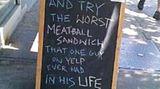 """Negative Online-Bewertungen können einem Restaurant schaden. Dieses Lokal dreht den Spieß nun um und empfiehlt """"das schlimmste Fleischbällchen-Sandwich, das ein Mann auf Yelp jemals in seinem Leben gegessen hat""""."""