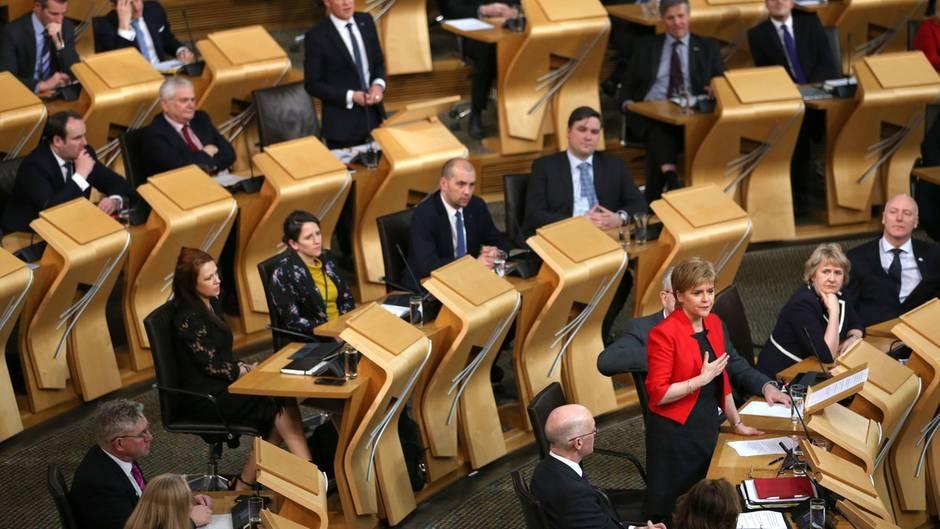 Die schottische Staatschefin Nicola Sturgeon spricht vor dem Parlament in Edinburgh, Schottland