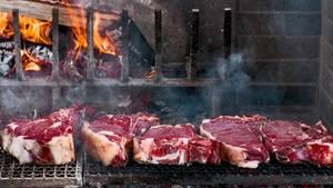 Bistecca fiorentina  Fiorentina ist die Abkürzung für ein gegrilltes Porterhouse- oder T-Bone-Steak. Ursprünglich ist es eine Spezialität der Toskana und wird dort aus Jungochsen der Rinderrasse Chianina zubereitet. Heute kann man das bistecca fiorentina in vielen Landesteilen Italiens kosten.