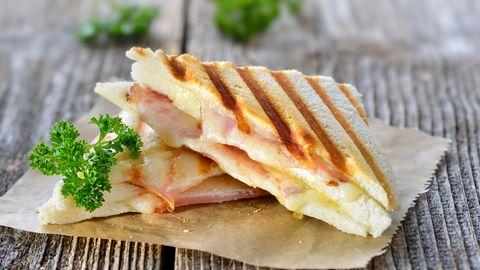 Tramezzini  Neben dem obligatorischem cornetto (eine Art italienisches Croissant) zum Frühstück, essen diejenigen, die auf Herzhaftes stehen ein Tramezzino. Den Ursprung hat das Sandwich in Turin. Das belegte Weißbrot schmeckt am besten getoastet.