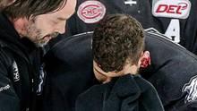 Yasin Ehliz (r.) von den Nürnberg Ice Tigers scheint sein zerfetztes Ohr nicht sonderlich zu stören