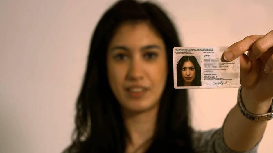 """Derya Sahin aus Krefeld besitzt die doppelte Staatsbürgerschaft, sagt aber klar: """"Ich bin Deutsche."""" Ihrer Meinung nach sollte man sich für ein Land entscheiden."""