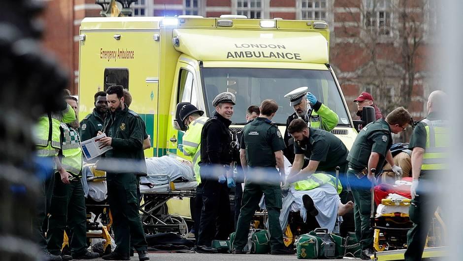 London: Rettungskräfte und Polizisten versorgen in der Nähe des britischen Parlament einen Verletzten