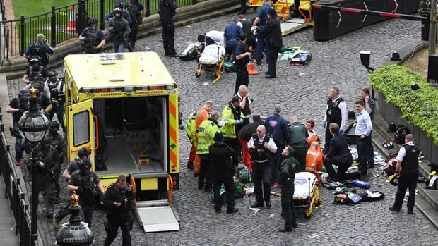 Sanitäter versorgen auf dem Boden liegende Verletzte in London.