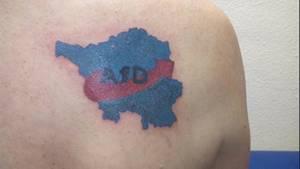 Das Tattoo eines AfD-Anhängers: Ein Logo der AfD mit den Umrissen des Saarlands.