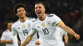 Lukas Podolski jubelt ausgelassenen über sein 1:0 im Abschiedsspiel gegen England