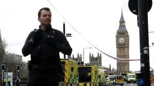 Am Ort des Anschlages vor dem britischen Parlament hält ein Polizist Wache