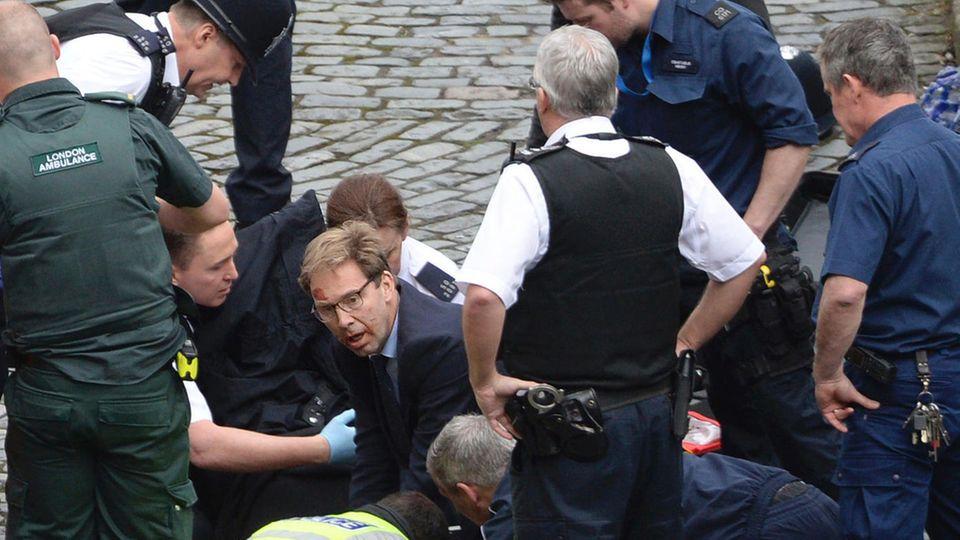 Staatssekretär Tobias Ellwood hat versucht, einem Polizisten durch Herzdruckmassage und Mund-zu-Mund-Beatmung das Leben zu retten