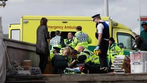 Rettungskräfte kümmern sich um die Opfer des Terroranschlages in London