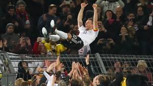 Lukas Podolski wird nach seinem Abschiedsspiel gefeiert