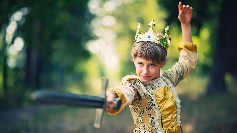Mädchen im Prinzessinnenkostüm im Wald