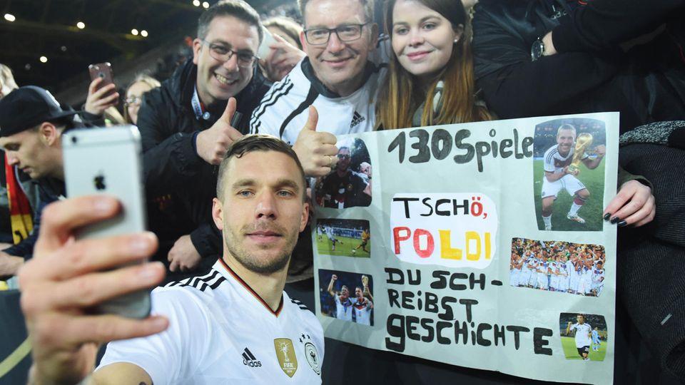 Lukas Podolski lässt sich nach seinem Abschiedsspiel von den Fans feiern