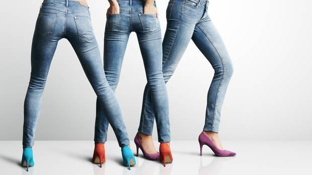 Frauen in engen Jeans und High Heels.