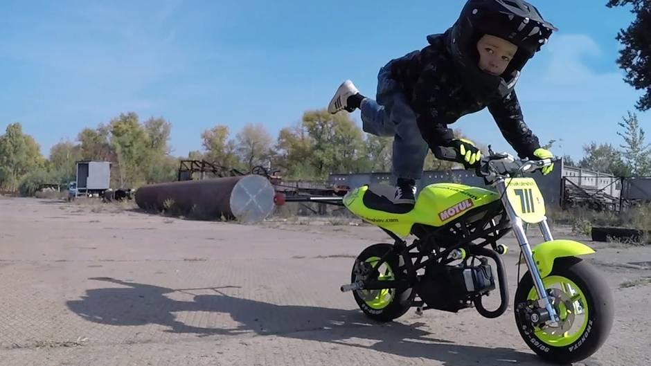 Waghalsiges Wunderkind: Muss ein Vierjähriger wirklich schon Motorradrennen fahren?